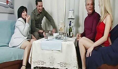 Đàn ông châu phim sec gai nung lon á ép một trẻ Nhật bản của người phụ nữ lớn và hôn nhau, họ trong phòng khách