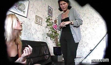 Cô gái tóc đỏ sẽ có quan hệ tình dục với một người hàng xóm trên sàn nhà trong khi một người đàn ông sec gai net ngủ gần đó