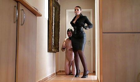 Cô với một mũi nhọn gắn trên dương vật của sec gái đẹp các thí sinh với miệng trong phòng