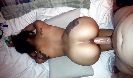 Người phụ nữ trẻ da đen phim sec gai chan dai mông với dày cà tím và đạt cực khoái
