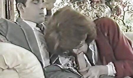 Cô gái tóc vàng cho phin sec gai dep một bảng rung