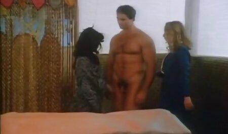 Một người đàn pim sec gai dep ông trong mông, một cô gái với một cô bé và bạn gái của mình trong chiếc váy màu vàng