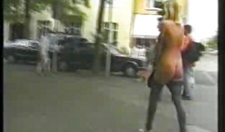 Người đàn ông vặn một người giúp việc trong một chiếc váy màu trắng với một dương secgai xinh vật,