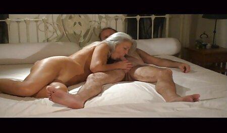 Người đàn ông ép mông của cô gái trong quần và chèn dương vật của sec gai vip ông ấy trong cổ họng