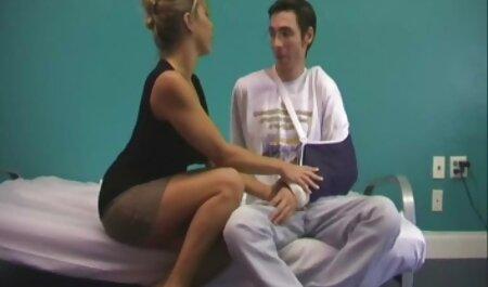 Một người đàn phim sec gai sinh ông trong mông của một sinh viên trẻ, với váy trắng